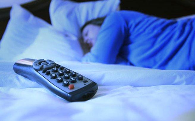 Δες τι συμβαίνει όταν σε παίρνει ο ύπνος μπροστά στην τηλεόραση